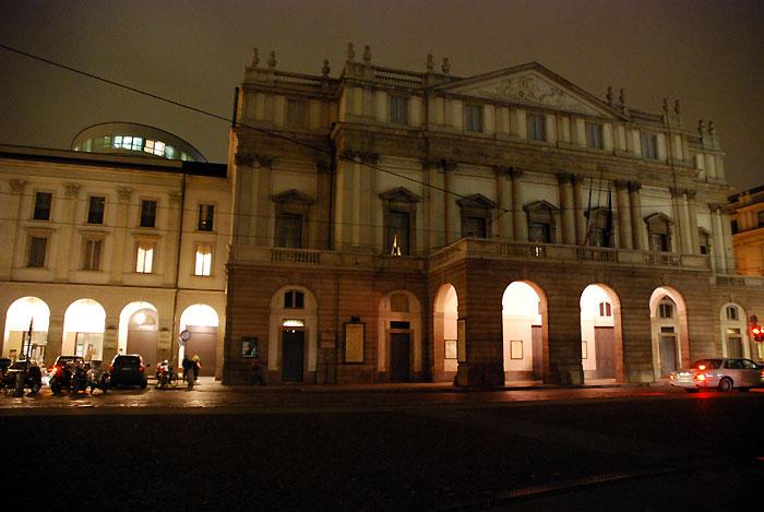Teatro della Scala ミラノ・スカラ座は夜ライトアップされて美しいです。 立ち見